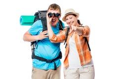 Regardez, nous vont là ! Couples des touristes sur un blanc Photo stock