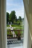 Regardez par la fenêtre de la ferme russe (le 18ème siècle) Image stock