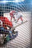 Regardez par les buts d'hockey photographie stock