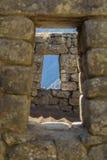 Regardez par les fenêtres en pierre Photos stock