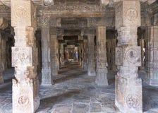 Regardez par Mandapam à colonnes directement dans le tombeau de Mariamman Photographie stock