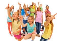 Regardez qui est là, groupe de beaucoup d'enfants Photographie stock libre de droits