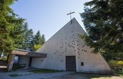 Regardez regarder une église exceptionnellement conçue et moderne dans la rue Scènes contemporaines de rue de Barbagelata Gênes,  photographie stock libre de droits