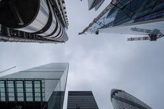Regardez sembler l'apparence ascendante que le Lloyds du bâtiment de Londres a conçu par Richard Rogers, et Willis Building par N photo libre de droits