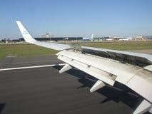 Regardez sur la mécanisation d'aile d'Embraer 170 Photo libre de droits