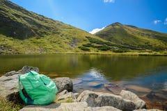 Regardez sur le lac de montagnes photo libre de droits
