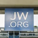 Regardez un signe en dehors d'un royaume Hall de témoins du ` s de Jéhovah Fondé pendant les années 1870 aux Etats-Unis, les témo photos stock
