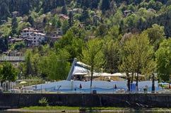 Regardez vers l'environnement du barrage pittoresque de printemps avec les bains et le village minéraux Pancharevo de station de  images stock