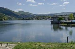 Regardez vers l'environnement du barrage pittoresque de printemps avec les bains minéraux, village Pancharevo de station de vacan photographie stock