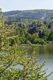 Regardez vers l'environnement du barrage pittoresque de printemps, village Pancharevo de station de vacances en montagne de Plana images stock