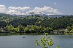 Regardez vers l'environnement du barrage pittoresque de printemps, village Pancharevo de station de vacances en montagne de Plana image libre de droits