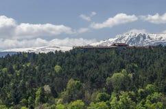 Regardez vers l'environnement du village pittoresque Pancharevo de station de vacances de printemps en montagne de Plana et monta photographie stock libre de droits