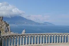 Regardez vers le bas la mer et les roches Photographie stock libre de droits