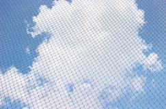 Regardez vers le ciel par la maille Images stock