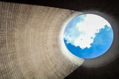 Regardez vers le haut d'une tour de refroidissement brûlante de centrale de charbon photo stock