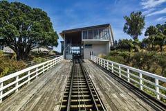 Regardez vers le haut de la voie de Wellington Cable Car au terminus de Kelburn photographie stock libre de droits