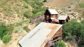 Regardez vers le haut du canyon avec une mine d'or historique au fond clips vidéos