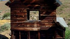 Regardez vers le haut du canyon avec une mine d'or historique au fond banque de vidéos