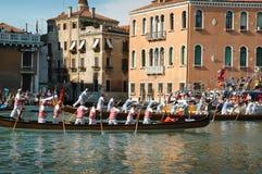 A regata anual abaixo de Grand Canal em Veneza Itália Imagem de Stock