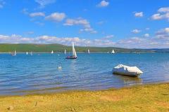 Regata Bulgária dos barcos de navigação do lago Iskar Fotos de Stock