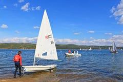 Regata Bulgária dos barcos de navigação do lago Iskar Foto de Stock