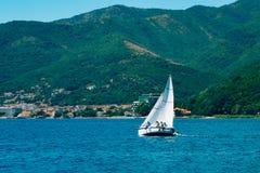 Regata da navigação em Montenegro Regata em iate na baía de Boka Imagem de Stock