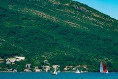 Regata da navigação em Montenegro Regata em iate na baía de Boka Imagens de Stock Royalty Free