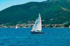 Regata da navigação em Montenegro Regata em iate na baía de Boka Fotos de Stock