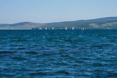 Regata de la navegación en el lago, contra el contexto de las montañas Fotos de archivo