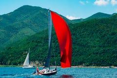 Regata de la navegación en Montenegro Regata en los yates en la bahía de Boka Fotos de archivo libres de regalías