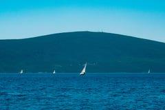 Regata de la navegación en Montenegro Regata en los yates en la bahía de Boka Imagenes de archivo