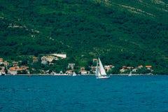 Regata de la navegación en Montenegro Regata en los yates en la bahía de Boka Foto de archivo libre de regalías