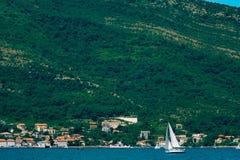 Regata de la navegación en Montenegro Regata en los yates en la bahía de Boka Imagen de archivo