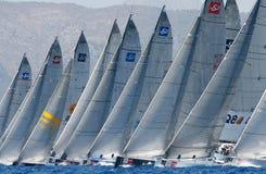 Regata de la raza de la navegación en la bahía de Mallorcaimagenes de archivo