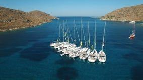 Regata dell'yacht ancorata in mar Mediterraneo vicino alla spiaggia di Kolona video d archivio