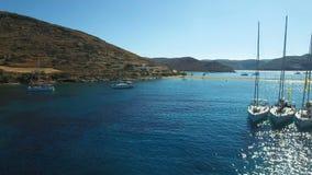 Regata dell'yacht ancorata in mar Mediterraneo vicino alla spiaggia di Kolona di Kythnos stock footage