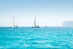 Regata della vela delle barche con le barche a vela nel Mediterraneo Immagine Stock