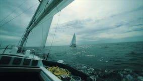 Regata di navigazione dell'yacht in mare stock footage