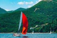 Regata di navigazione nel Montenegro Regata sugli yacht nella baia di Boka Immagini Stock Libere da Diritti