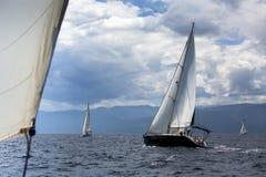 Regata di navigazione nel vento attraverso le onde al mar Egeo in Grecia Fotografia Stock Libera da Diritti