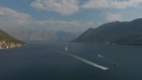 Regata di vista aerea delle barche a vela nella baia di Boka, Montenegro, mare adriatico fotografia stock libera da diritti