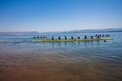 A regata Eights Teams as águas azuis Imagem de Stock