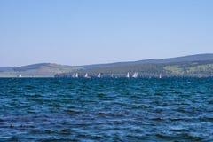 Regata en el lago, contra el contexto de las montañas Fotos de archivo