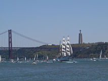 Regata grand de bateau dans le fleuve de Tagus Photo libre de droits