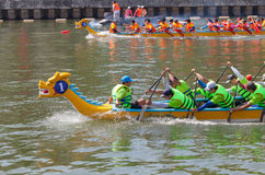 Regata tradicional celebrada para celebrar el Año Nuevo 2015, apuntando llamar a gente para mantener la ciudad ambiente verde y l Foto de archivo