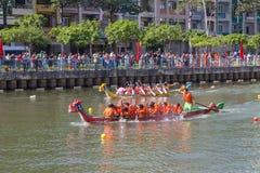 Regata tradicional celebrada para celebrar el Año Nuevo 2015, apuntando llamar a gente para mantener la ciudad ambiente verde y l Fotografía de archivo libre de regalías