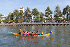 Regata tradicional celebrada para celebrar el Año Nuevo 2015, apuntando llamar a gente para mantener la ciudad ambiente verde y l Foto de archivo libre de regalías