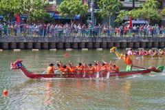 Regata tradicional celebrada para celebrar el Año Nuevo 2015, apuntando llamar a gente para mantener la ciudad ambiente verde y l Fotos de archivo libres de regalías