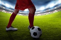 Regate del jugador de fútbol en los campos foto de archivo