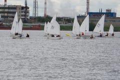 Regatta żeglowanie jachty na morzu na wietrznym dniu fotografia stock